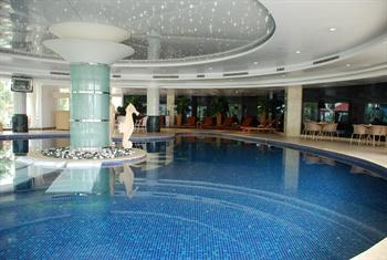 东莞樟木头三正半山酒店室内游泳池