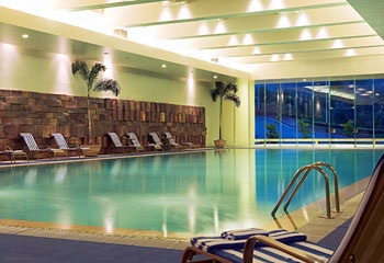 东莞唐拉雅秀酒店室内游泳池