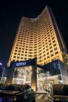 鞍山时代铂尔曼大酒店酒店外观-夜景图片